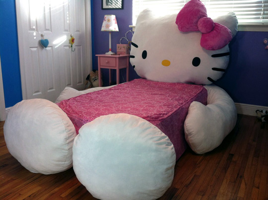 Cama de Hello Kitty gigante