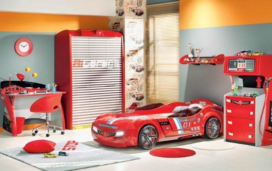 Fantástico dormitorio infantil con cama coche