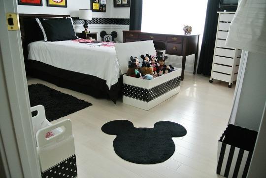 Un dormitorio de Mickey de estilo moderno
